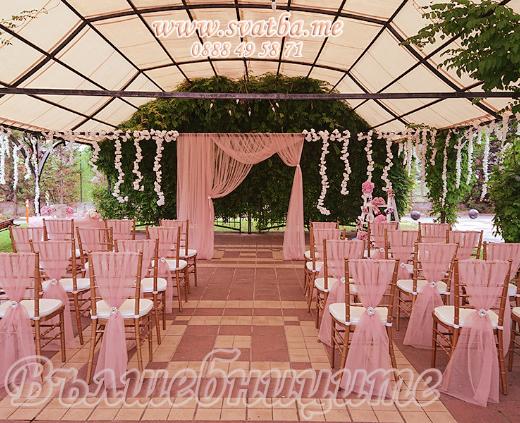 Сватбена украса в хотел Експо София в цвят блъш изнесена церемония за сключване на граждански брак навън, сватбена арка в градината на Expo, столове шивари с панделки за столове за сватба, изискана сватбена декорация