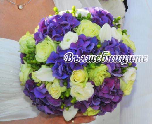 Кръгъл булчински букет в синьо и лилаво с хортензии и рози от сватбена агенция в София