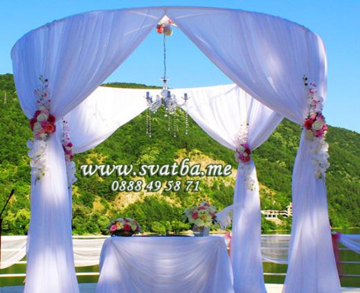 Сватбена украса в хотел Лебед София Панчарево в бяло изнесена церемония за сключване на граждански брак навън на ротонда в Лебеда, сватбена арка и шатра в градина за сватба, изискана сватбена декорация