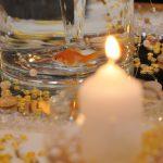 Сватбена украса в хотел Маринела София с плуваща златна рибка във ваза, декорация в цвят златно, различна сватбена украса от сватбена агенция