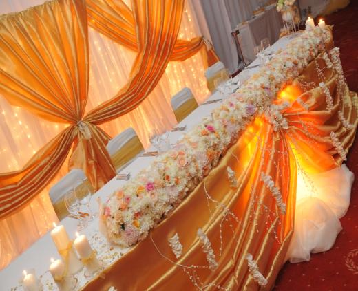 Сватбена украса на сватбената маса в хотел Маринела София в златно, декорация на масата с естествени цветя рози, хортензии, хризантеми и други, грандиозна сватбена украса от сватбена агенция с осветление