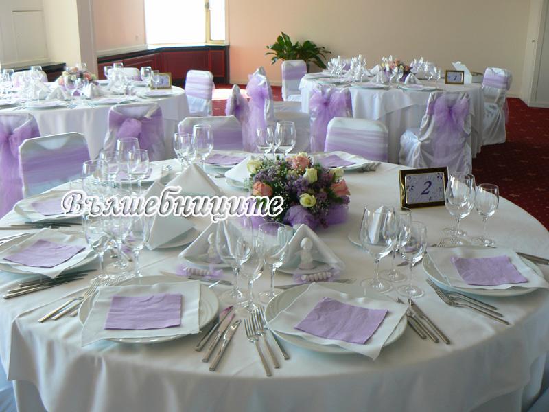 Декорация за сватба в София хотел Маринела Hotel Marinela Sofia wedding зала Силует ет. 19 в лилаво украса на сватба с лилави панделки за столове и бели калъфи за столове под наем