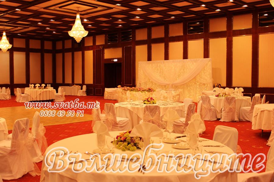 Украса за сватба в София хотел Маринела Hotel Marinela Sofia wedding в бяло декорация на сватба с параван с лампички зад сватбената маса д бели панделки за столове и бели калъфи за столове под наем