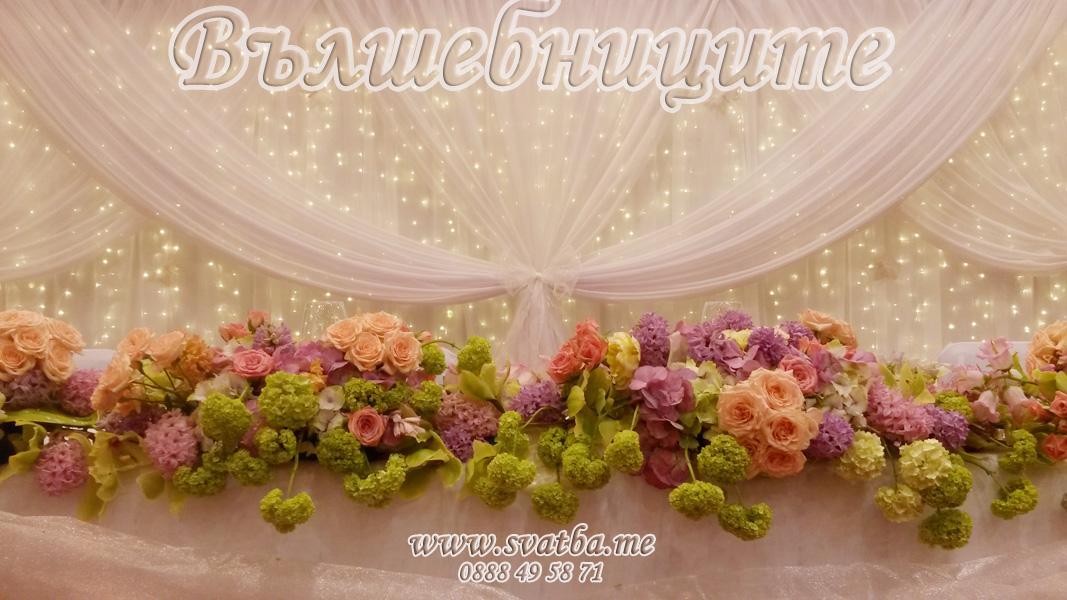 Украса за сватба в София хотел Маринела Hotel Marinela Sofia wedding в бяло декорация на сватба с параван с лампички зад сватбената маса