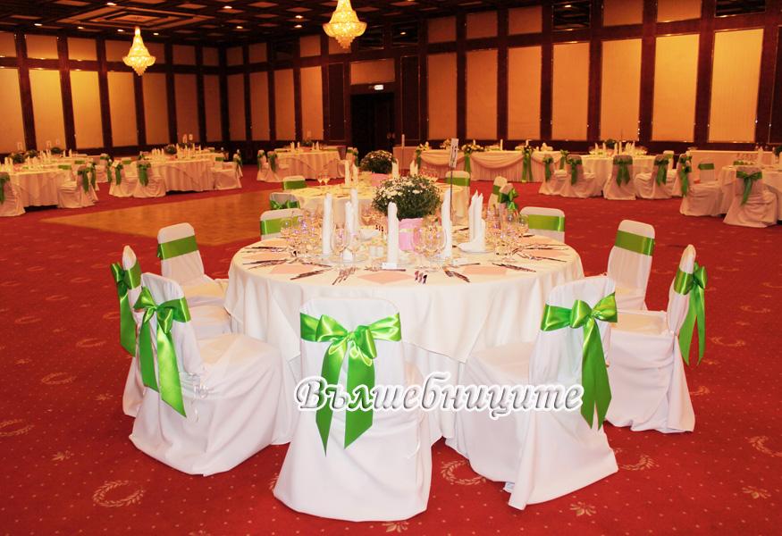 Декорация за сватба в София хотел Маринела Hotel Marinela Sofia wedding в зелено украса на сватба със зелени панделки за столове и бели калъфи за столове под наем