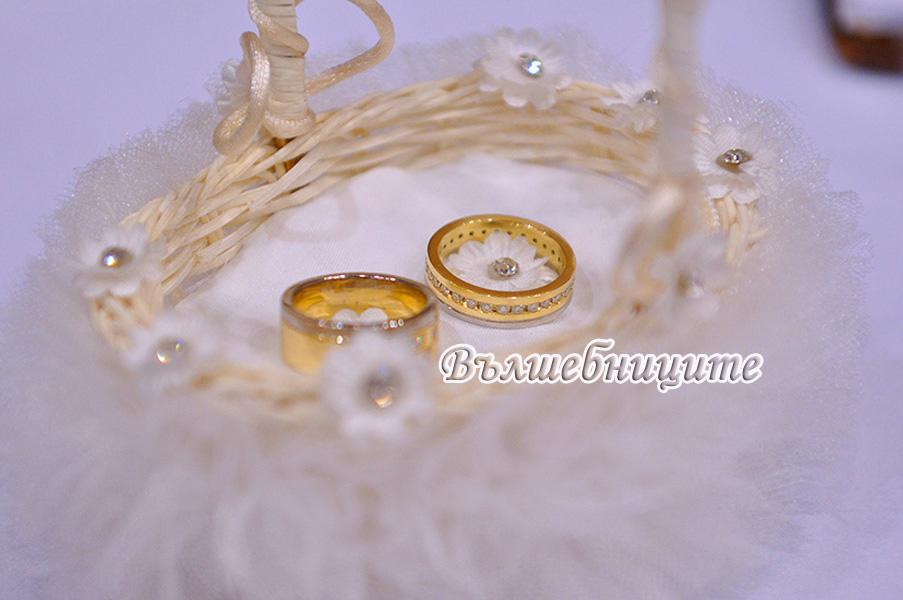 Украса за сватба в София хотел Маринела Hotel Marinela Sofia wedding в златнос осветление uplight от земята на залата от сватбена агенция, декорация на сватба със златни панделки за столове и бели калъфи за столове за сватба, висока ваза с естествени цветя за маса, плуващи златни рибки във вази, украса на сватбената маса