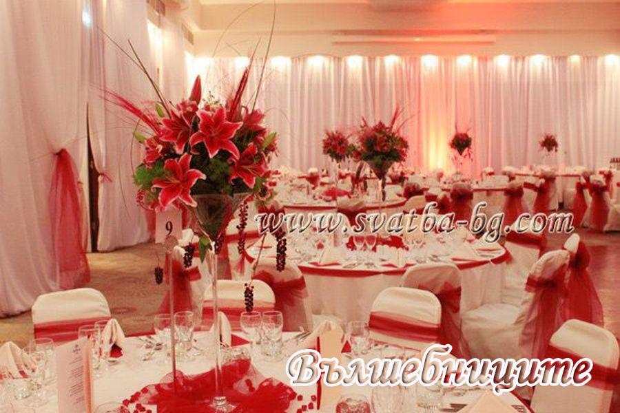 Сватбена декорация с Украса на масите за гости с цветя във високи вази