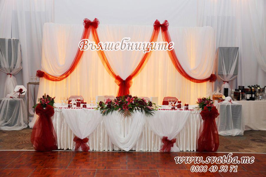 Сватбена украса в хотел Хилтън сватба в бордо винено червено обличане на стените в залата с платове
