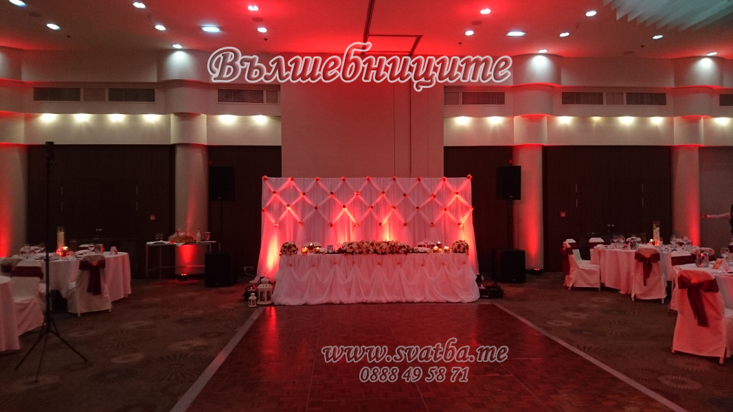 Сватбена украса в хотел Хилтън за сватба в бордо винено червено с панделки на столовете и декорация на сватбена маса