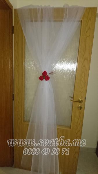 Сватбена украса в хотел Хилтън за сватба в прасковено и бордо винено червено с панделки на столовете и декорация на сватбена маса