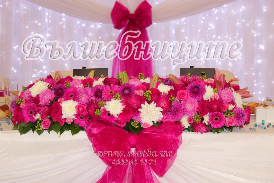 Сватбена украса в хотел Хилтън за сватба в розово цвят марсала с панделки на столовете и декорация на сватбена маса