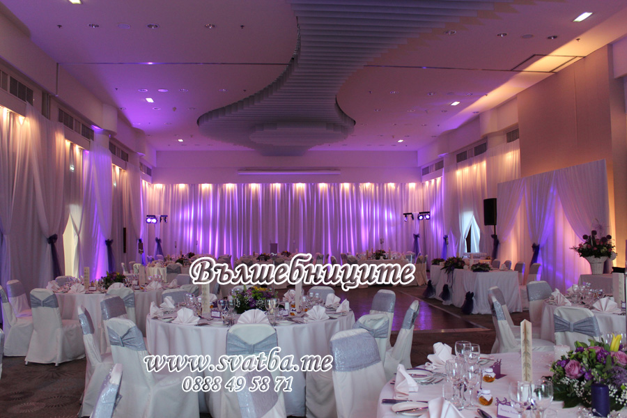 Сватбена украса в хотел Хилтън сватба в лилаво обличане на стените в залата с платове