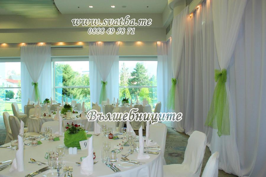 Сватбена украса в хотел Хилтън за сватба в зелено обличане на стените в залата с платове