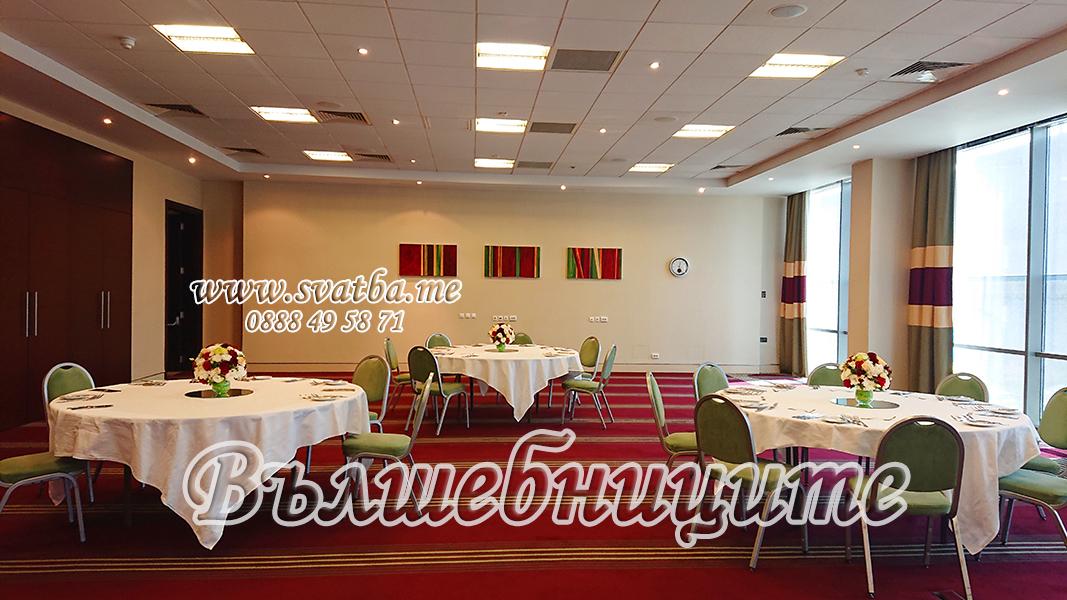 Сватбена украса в хотел Холидей Инн Holiday Inn Sofia wedding за сватба в бордо и винено цвят и цветя за сватбената маса