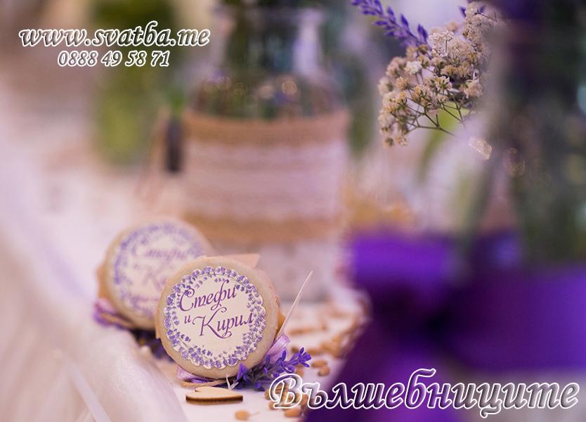 Сватбена украса в хотел Холидей Инн Holiday Inn Sofia wedding за сватба в лилаво със златни панделки на столовете и декорация на сватбена маса