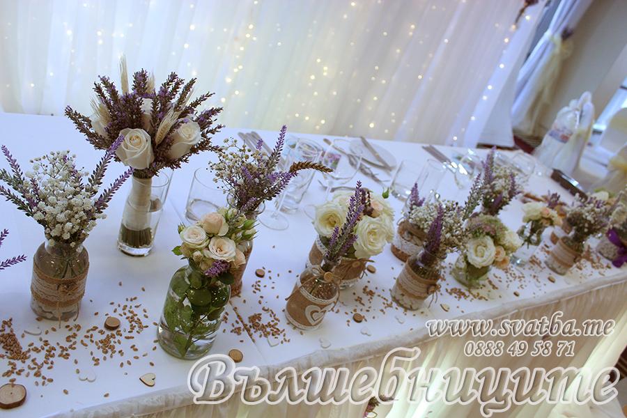 Сватбена украса в хотел Холидей Инн Holiday Inn Sofia wedding за сватба с тема лавандули и жито в лилаво със златни панделки на столовете и декорация на сватбена маса