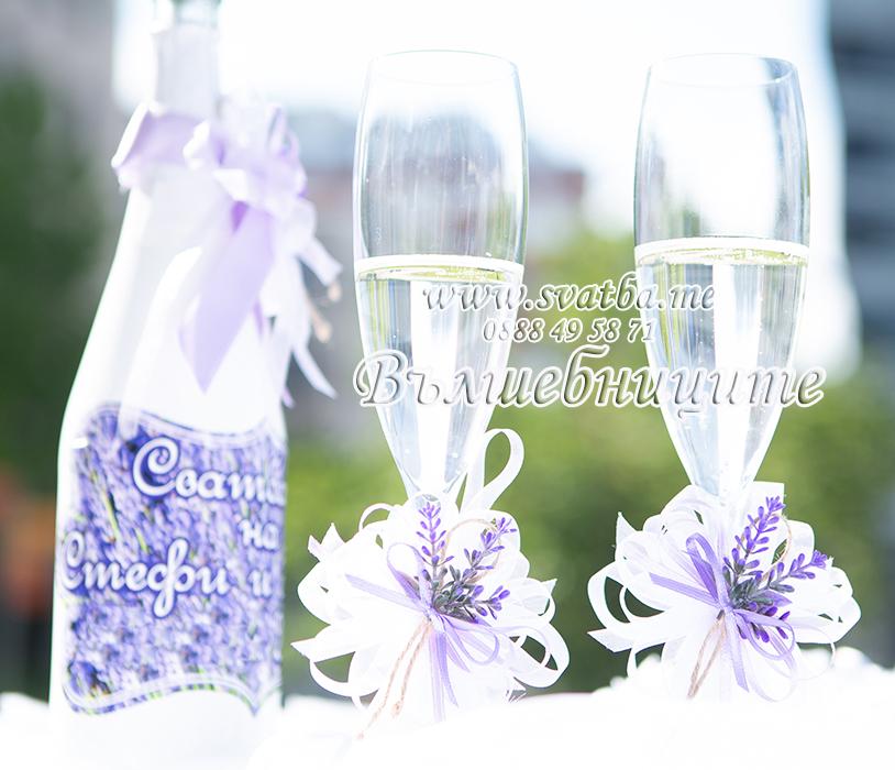 Сватбена украса в хотел Холидей Инн Holiday Inn Sofia wedding за сватба с тема лавандули в лилаво със златни панделки на столовете и декорация на сватбена маса