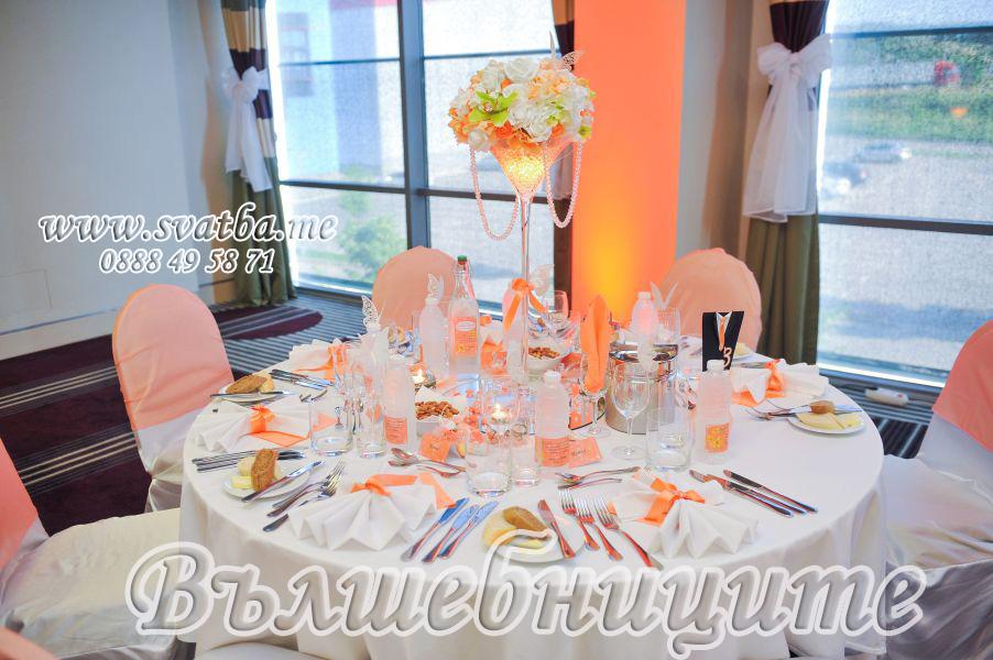 Сватбена украса в хотел Холидей Инн Holiday Inn Sofia wedding за сватба в прасковен цвят с прасковени панделки на столовете и декорация на сватбена маса