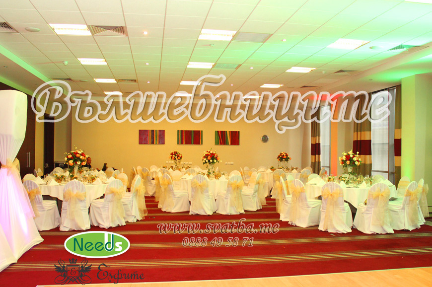Сватбена украса в хотел Холидей Инн Holiday Inn Sofia wedding за сватба в бордо, винено, прасковен цвят със златни панделки на столовете и декорация на сватбена маса