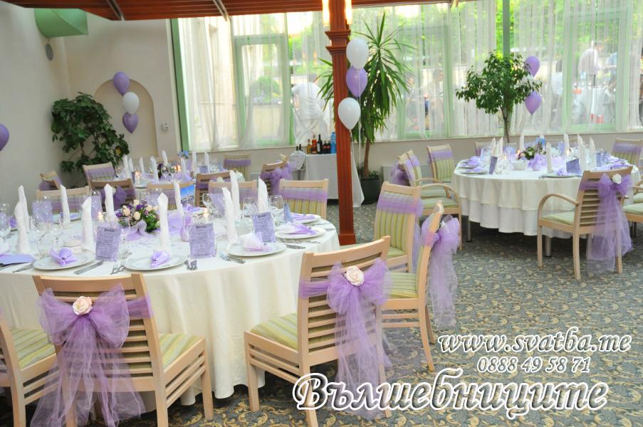 Украса за сватба в София хотел Мезон Maison Hotel Sofia wedding в лилаво, сватбена декорация със светло лилави панделки за столове и цветни аранжировки за масите на гостите