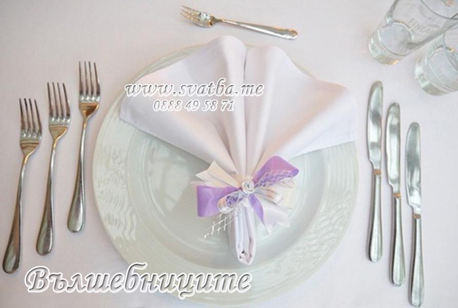 Сватбена украса в София хотел Мезон Maison Hotel Sofia wedding в лилаво, декорация на сватба с тъмно лилави панделки за столове и цветни аранжировки букети за масите на гостите