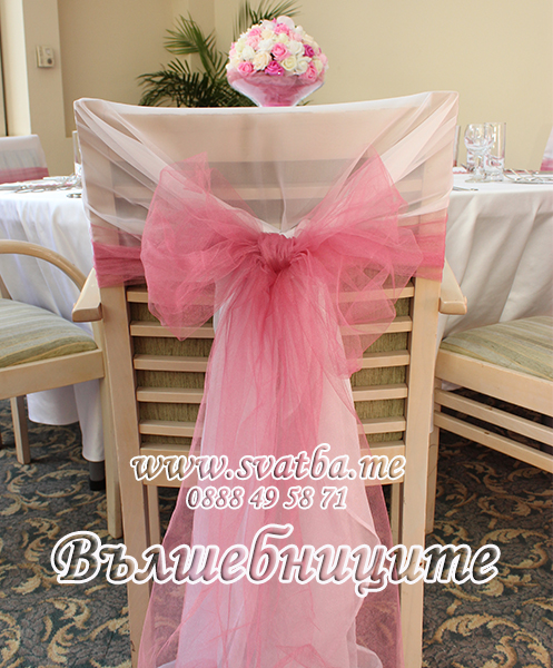 Украса за сватба в София хотел Мезон Maison Hotel Sofia wedding в цвят пепел от рози, сватбена декорация с панделки за столове пепел от рози и цветни аранжировки за масите на гостите в стъклени вази под наем