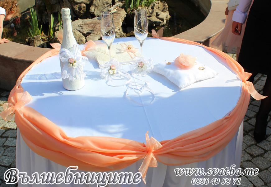 Украса за сватба в София хотел Мезон Maison Hotel Sofia wedding в расковено, сватбена декорация със светло прасковени панделки за столове и цветни аранжировки за масите на гостите