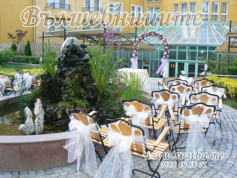 Сватбена украса в София хотел Мезон Maison Hotel Sofia wedding в цикламено, декорация на сватба с арка за изнесена церемония граждански брак на открито навън в градина