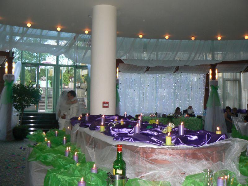 Сватбена украса в София хотел Мезон Maison Hotel Sofia wedding в тъмно лилаво и зелено, декорация на сватба с тъмно лилави панделки за столове и вази с цветя за масите на гостите