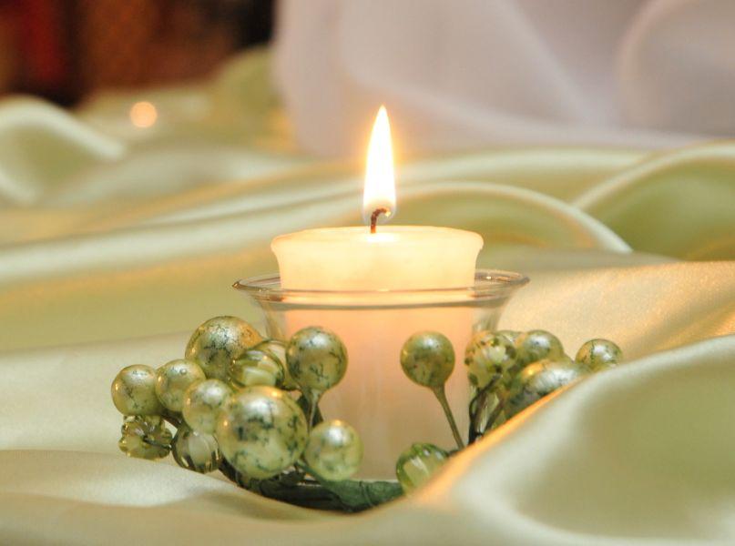 Сватбена украса в София хотел Мезон Maison Hotel Sofia wedding в бледо зелено резеда мента, декорация на сватба с метнови панделки за столове и параван зад сватбената маса