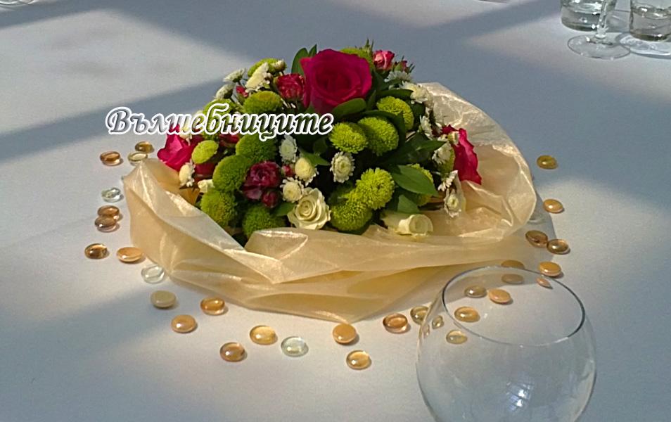Сватбена украса в София хотел Мезон Maison Hotel Sofia wedding в златно и цикламено, декорация на сватба с златни панделки за столове и цветни аранжировки букети за масите на гостите