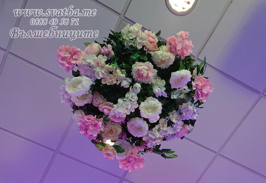 Сватбена украса хотел Новотел Novotel Sofia с украса на таван с кръг с изкуствени цветя и бяла топка с перца сватбено изложение