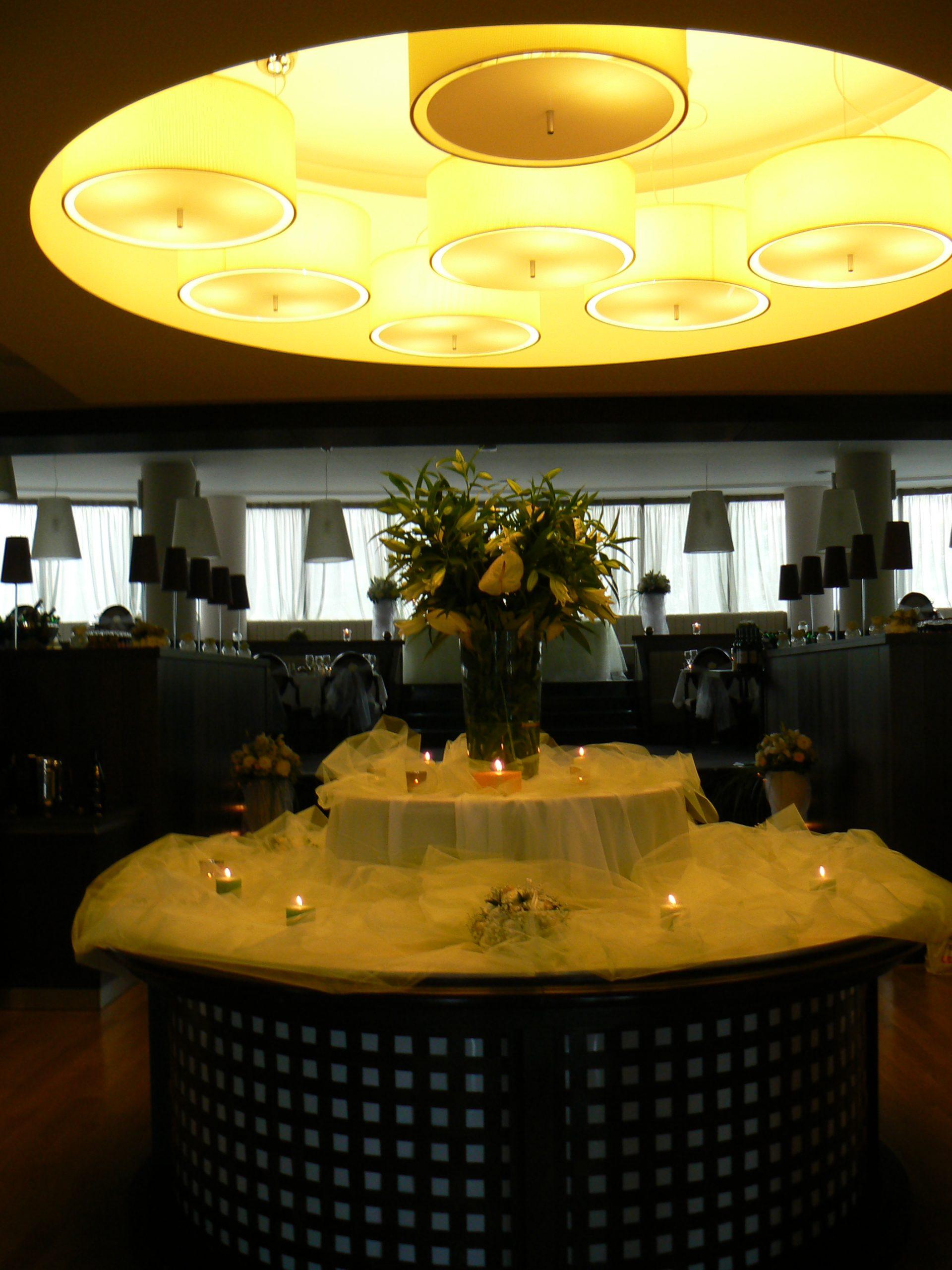 Сватбена украса в София хотел Метрополитън Hotel Metropolitain Sofia wedding в зелено и розово, декорация на сватба, сватбена организация и декор в зелен цвяти розов цвят, калъфи за столове под наем, панделки за столове